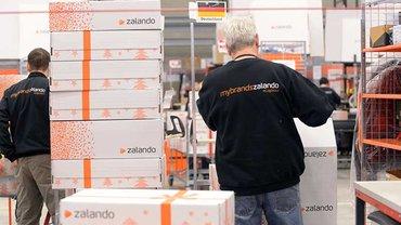 Zalanda in Erfurt - Mitarbeiter verpacken Waren
