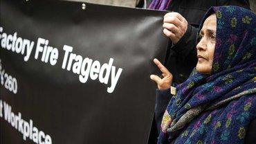 Am 11. September 2012 verlor Saeeda Khatoon (im Bild) ihren einzigen Sohn. Ejaz Ahmed war 18, als er bei dem Brand in der Textilfabrik Ali Enterprises in Karatschi starb