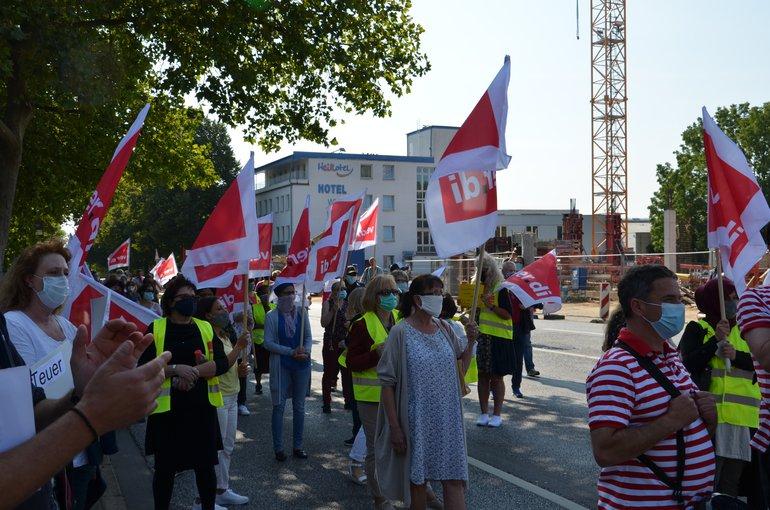 """Aktion """"Wir trommeln für unsere Arbeitsplätze"""" der Kolleg*innen des Retourenbetriebes von Otto in Hamburg."""