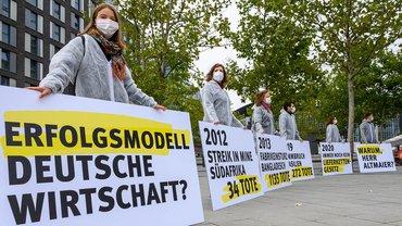 """Aktion der Initiative Lieferkettengesetz in Berlin am """"Tag der Industrie"""" 2020"""